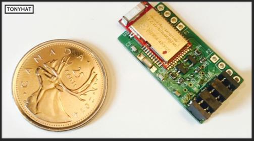 """Captura: Comparación junto a una moneda (respecto a tamaño) del dispositivo """"BLEKey""""."""