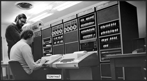 Captura: Ken Thompson y Dennis Ritchie, desarrolladores de UNIX / Peter Hamer editada con licencia CC 2.0 }:D